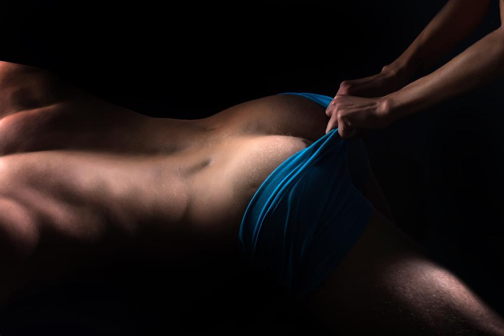 Frau hilft ihrem Partner bei Prostata-Massage