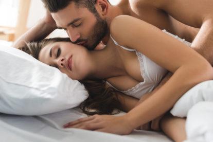 junges Paar in Loeffelchenstellung